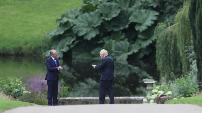 Nordirland: Und - soll es eine grüne oder eine harte Grenze werden? Die Premierminister von Irland und Großbritannien, Micheál Martin (li.) und Boris Johnson, in einem Garten in Belfast im August 2020, während der Brexit-Übergangsphase.