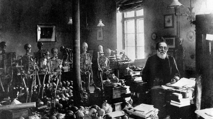 The death of Professor Virchow: The famous scientist in his laboratory at the Pathological Institute Berlin. By the dea
