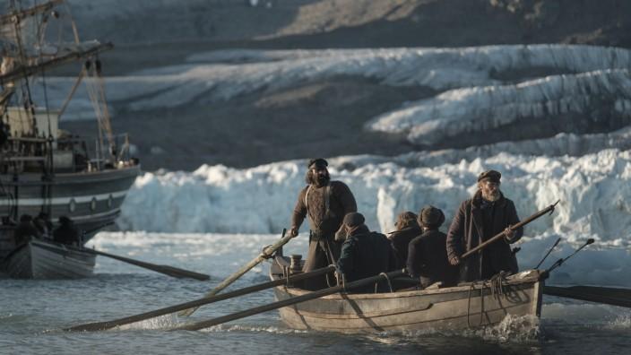 """The North Water"" bei Magenta TV: Aufbruch der Waljäger. Am Heck: Colin Farrell als Harpunier Drax."