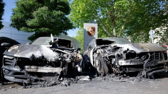 Vier Porsche auf Hof eines Autohauses ausgebrannt