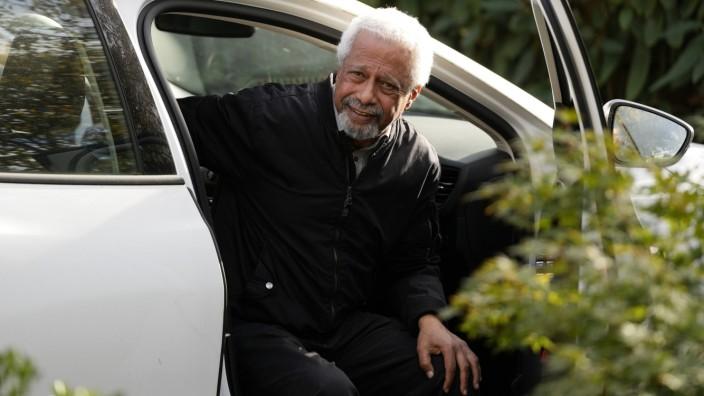 Nobelpreisträger Abdulrazak Gurnah: Wer? Ich? Literaturnobelpreisträger Abdulrazak Gurnah, 72, als Objekt der Begierde - vergangene Woche vor seinem Haus in Canterbury.