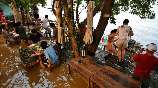 Thailand: Das geflutete Restaurant ist bei Einheimischen sehr beliebt.