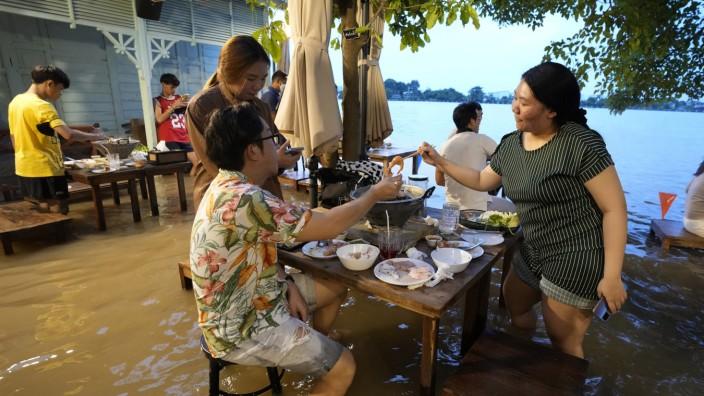 Schlemmen im Hochwasser: Flut-Lokal in Thailand