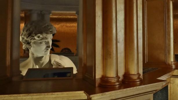 """David-Statue in Dubai: Was """"da unten ist"""", wird nicht gezeigt: Im italienischen Pavillon auf der Expo in Dubai ist nur die obere Hälfte der David-Statue zu sehen. Es handelt sich um eine Reproduktion der Figur aus dem 3-D-Drucker."""