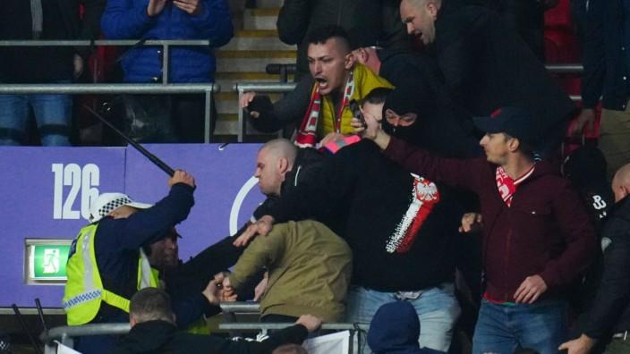 Sport Bilder des Tages Mandatory Credit: Photo by Javier Garcia/Shutterstock (12534018er) Hungary fans clash with police