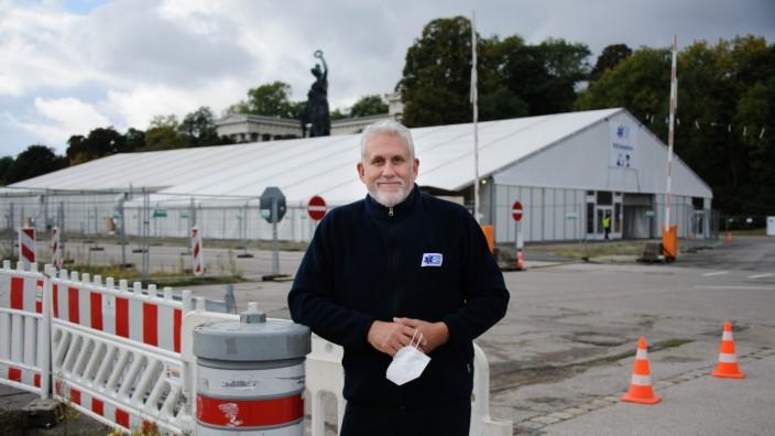 """Corona-Tests in München: Die Testzelte auf der Theresienwiese sollen auf jeden Fall bis Ende des Jahres stehen bleiben. """"Man weiß ja nicht, wo das Schiff gerade hinläuft"""", sagt Ivo Frank, der Einsatzleiter der Aicher Ambulanz."""