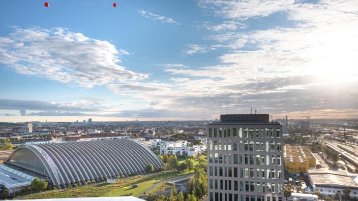 Hochhäuser in München: Die Luftballons zeigen, wie hoch die Zwillingstürme an der Paketposthalle werden sollen: 155 Meter.
