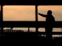 Fachkräftemangel: Silhouette eines Bauarbeiters auf einer Baustelle