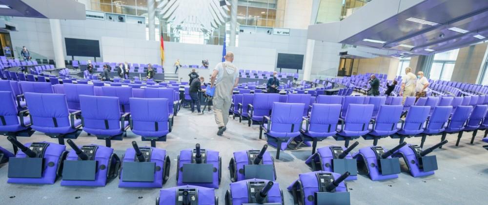 Deutscher Bundestag Herrichtung Plenarsaal für die 20. Legislaturperiode Der Sitzungssaal des Deutschen Bundestags im Be