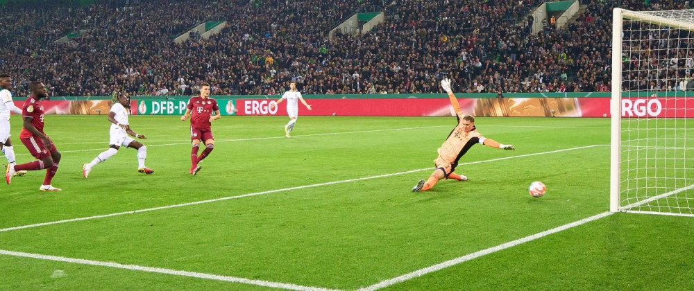 Kouadio Kone, MG 17 scores, shoots goal , Tor, Treffer, 1-0 in the DFB Pokal match BORUSSIA MÖNCHENGLADBACH - FC BAYERN
