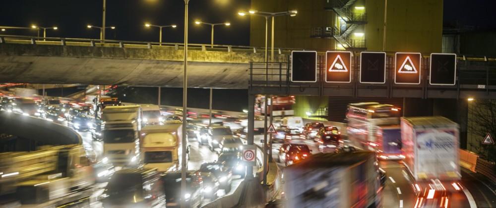 Verkehrsstau am Abend auf einer Autobahn in Berlin. Berlin, Deutschland. 07.11.2013 Berlin Deutschland PUBLICATIONxINxG
