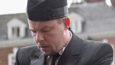 Alexander McQueen: Der verstorbene Modeschöpfer Alexander McQueen am Grab seiner Förderin Isabella Blow, die sich vor drei Jahren das Leben nahm. Ihr Tod war ein Tiefschlag für ihn - am Tod seiner Mutter Anfang Februar ist er nun offenbar zerbrochen.