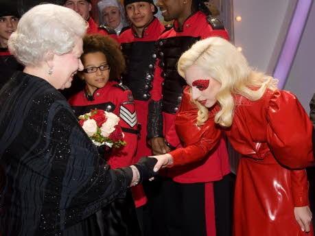 Queen Elizabeth II und Lady Gaga; Getty