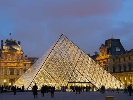 pyramide vorm louvre; ap