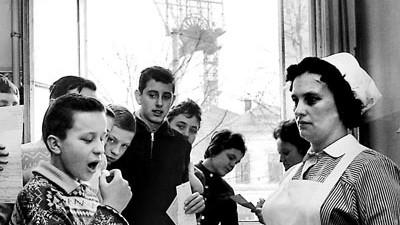 Impfungen und Nebenwirkungen: Schulkinder in Essen schlucken im März 1962 Zuckerwürfel, die mit Impfstoff gegen Polio präpariert sind.