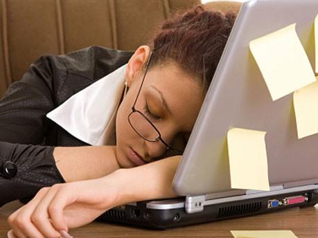 Schlafend am Arbeitsplatz_istock