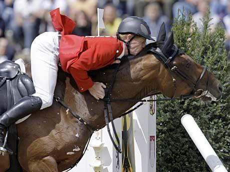 Nervöses Pferd: Küchengirl verweigert den Sprung bei der Springreiter-EM in Mannheim; Foto: dpa