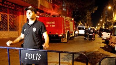 Terrorgruppen in der Türkei: Polizisten blockieren eine Straße im Stadtteil Güngören in Istanbul, in dem sich der Anschlag ereignet hat.