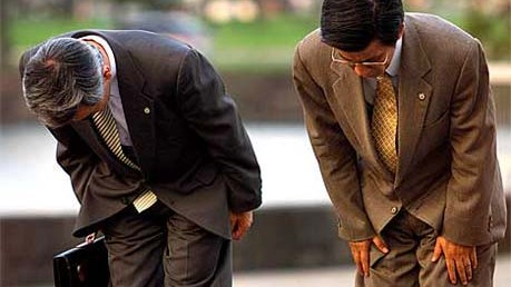 Reise-Knigge für Japan: Die Hände auf die Hose, den Rücken gestreckt - so begrüßt man sich in Japan korrekt.