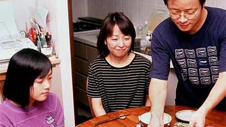 Reise-Knigge für Japan: Japanische Familie beim Essen.