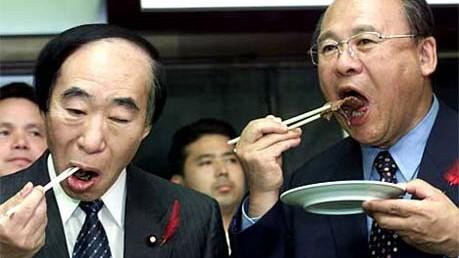 Reise-Knigge für Japan: Diese japanischen Minister machen es vor: Teller hoch und die Stäbchen nur zum Essen verwenden.