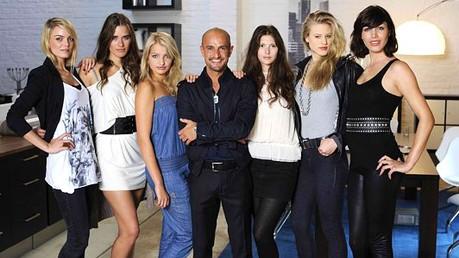 TV-Kritik: Die Model-WG: Da schau her: Peyman Amin inmitten der Mädchen aus der Model-WG.