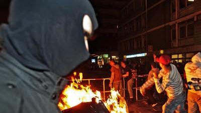 Prozess um Mai-Krawalle: Das Archivbild zeigt Demonstranten, die am 1. Mai in Berlin Flaschen und Steine werfen. 2009 flogen auch Molotowcocktails - und verletzten eine Frau.