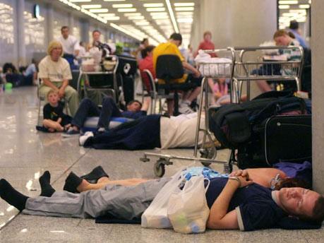 Zeitvertreib für wartende Passagiere auf dem Flughafen Airport Vulkan Island Asche Wolke
