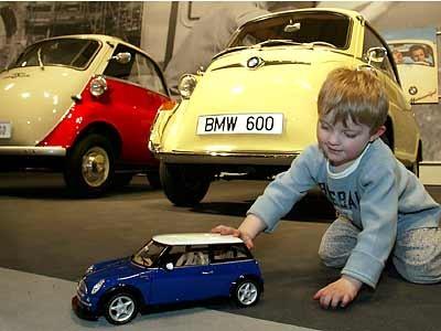 Kind vor zwei Isettas