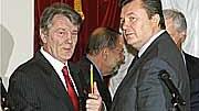 Kompromiss in Kiew: Handshake für die Kameras: Die Rivalen Janukowitsch (re.) und Juschtschenko.