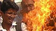Meinungsfreiheit und Religion: Pakistanische Studenten protestierten 2008 gegen die Mohammed-Karikaturen, indem sie eine dänische Flagge verbrennen.