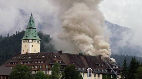 Brand auf Schloss Elmau: Auch am Morgen danach brannte das Feuer auf Schloss Elmau weiter.