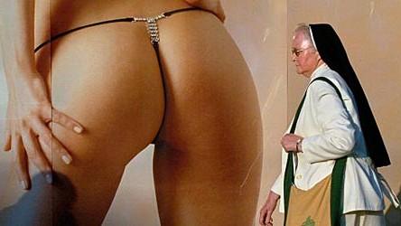 Therapeutin über Idealbilder und realen Sex: Eine Ordensschwester geht an einem Werbeplakat für Damenunterwäsche während des 95. Katholikentags in Ulm vorbei.