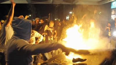 Urteil des Berliner Landgerichts: Randalierer, Demonstranten und Festbesucher tanzen am 1. Mai 2009 am Kottbusser Tor in Berlin Kreuzberg um einen brennenden Müllcontainer.