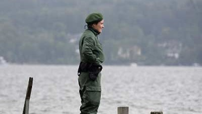 Gefährlicher Kriegsschrott: Polizei am Ufer des Starnberger Sees: Zunächst war die Bombe für eine Tonne oder Abfall gehalten worden.