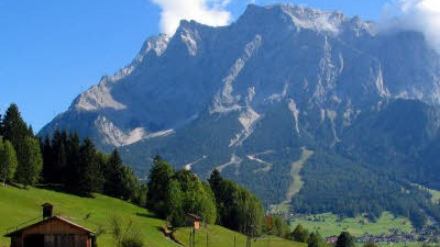 Alpentourismus: Wovon Touristen nichts wissen: Der Deutsche Alpenverein setzt die Betreiber der Hütten mit strengen Pachtverträgen unter Druck.
