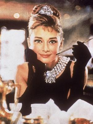 Accessoires der Stars, Audrey Hepburn, Zigarettenspitze, Frühstück bei Tiffanys; Paramount Pictures/Getty Images