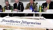 """Frankfurter Frakturen: 2001 präsentierten die Herausgeber ihren neuesten Scoop, die """"Frankfurter Allgemeine Sonntagszeitung"""". Jetzt wird auch das Mutterblatt optisch aufgepeppt."""