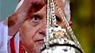Kardinal Ratzinger schwenkt einen Weihrauchkessel