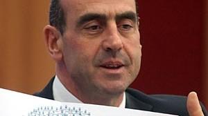 Minister Giorgos Voulgarakis zeigt, wie Telefonate durch Spyware umgeleitet wurden