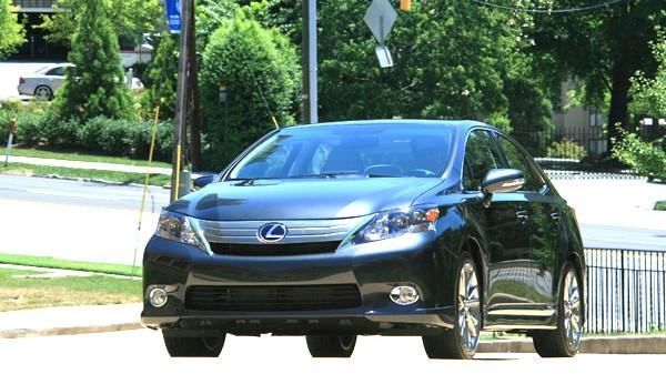 Weltspiegel (24): Lexus HS 250h: Lexus HS 250h: eine Ecke kraftvoller und um einiges schöner als sein Konzernbruder Toyota Prius