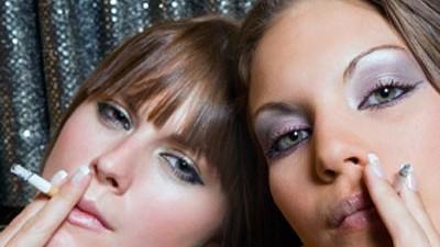 2 Teenager rauchen, Foto: iStock