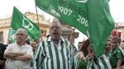 Fußball in Spanien: Die Fans von Betis Sevilla protestieren gegen das Präsidium.