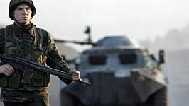 Aufmarsch im Grenzgebiet zum Irak: ein türkischer Soldat mit einem Schützenpanzer BTR-60