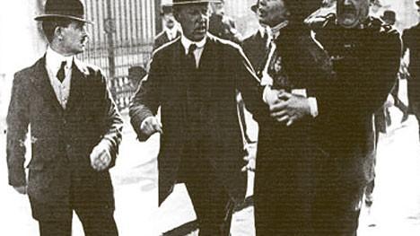 """Die Frauenquote in der Politik: Emmeline Pankhurst aus Manchester, Gründerin der """"Women's Social and Political Union"""" (WSPU), wird um 1907 in London nach einem """"Akt des Ungehorsams"""" vom Ort des Geschehens getragen. Von Männern, versteht sich."""