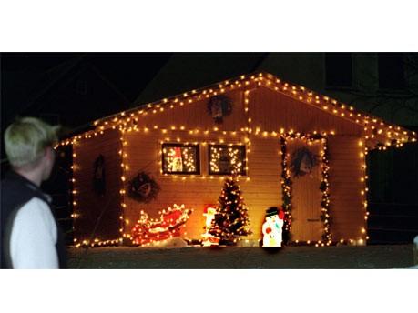 weihnachtlich beleuchtetes gartenhaus ; dpa