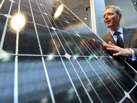 Solarmodul, Bundesumweltminister Norbert Röttgen, Hannover Messe, Foto: dpa
