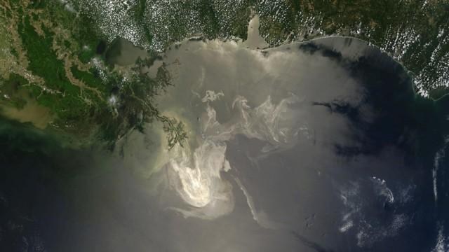Umweltkatastrophe im Golf von Mexiko: Das Öl im Golf von Mexiko reflektiert das Sonnenlicht und lässt sich deshalb auf diesem Satellitenbild deutlich erkennen.