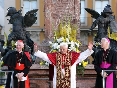 Papst beim Winken, ddp
