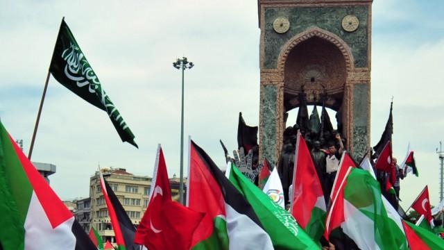 Proteste nach Angriff auf Gaza-Konvoi: Protest in Istanbul: Vor dem Atatürk-Denkmal schwenken türkische Demonstranten palästinensische Flaggen.
